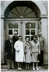 Klassentreffen des Matura-Jahrganges 1930.  50-jähriges  Jubiläum - vor dem Humboldt-Gymnasium Radeberg 1980