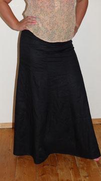 Langer Bahnenrock aus schwarzem Leinen mit Seidenbluse