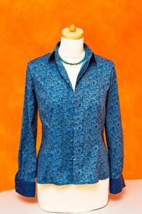 """Bluse aus """"Seymour Poplin"""" der Liberty Art Fabric London. Blümchen in Variationen von Blau auf leichtem Wasserblau."""