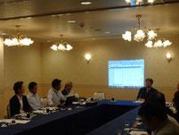 スライドによる実績表と津島CEO