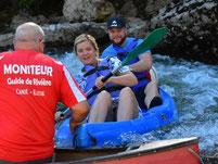 Moniteur de canoë-kayak faisant la sécurité dans un rapide de l'Ardèche.