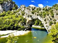 Le passage sous le Pont d'Arc, si on loue une fois dans sa vie un canoe kayac, c'est la descente qu'il faut faire.