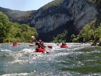 Canoes kayacs à l'entrée des Gorges de l'Ardeche.