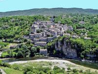 En canoe Kayac vous passez au pied de Balazuc, l'un des plus beau village d'Ardeche et de France..