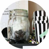 Bild: Ideen für eine Fussballparty, Snackbar für Fussballfans und Freebie für DIY Deko mit Girlanden, Poster und Fussball-Bullshit-Bingo,  Snackstation, Freebie zum nachmachen inklusive, Candybar, gefunden auf Partystories.de