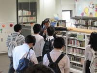 広報の安井文康先生に、大学案内をしてもらいました。
