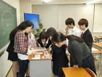 授業後に、松岡さんの描いた絵ハガキを鑑賞