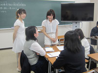 「他己紹介ゲーム」で生徒たちの様子を見るお2人。