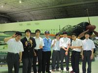 史料室室長である天野隆司さんを囲んで記念写真。