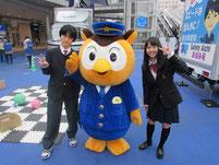 愛知県警のゆるキャラ「コノハけいぶ」と記念写真。