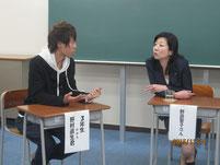 生徒と話しこむ野田聖子さん。