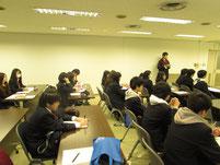 木戸貴之先生の話を聞く生徒たち。