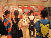 スタジオ見学。中央の奥に映っているのが菅久瑛麻キャスター。