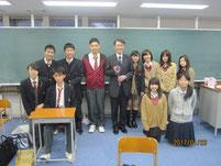 西方仁也さんを囲んで記念写真。