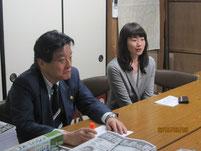 2年前に市長のご自宅を訪問して、卒業式のビデオメッセージをいただく。隣は名古屋キャンパスの職員。