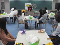 瀬口裕美香さんの講話を聞く生徒たち。