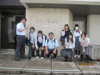 カゴメの会社の前で記念写真。