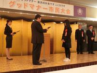 代表の生徒1名が壇上に上がり表彰を受ける。