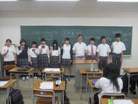 島館長を囲んで生徒たちと記念写真。
