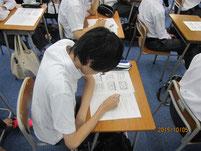 生徒がワークシートに書き込む。