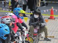 幼児たちのレースのスターターに。