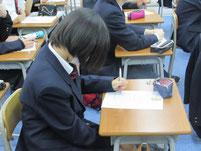 生徒のワークシート記入。
