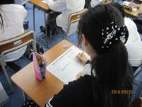 ワークシートを書き込む生徒。