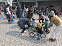 レースのゴール地点で、幼児を誘導する生徒たち。