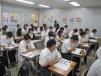 生徒たちの様子。新聞記者の方も取材で聴きに来られています。