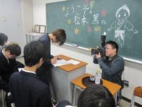 サインを書く松本薫さん。