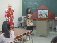 水越さんとスギヨ仮面が紙芝居で食育を説明。