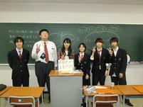松岡さんを囲んで記念写真