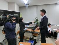 坂下大輔さんにテレビ局のインタビュー
