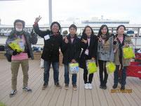 イベントスタッフの方を囲んで、生徒たちと記念写真。