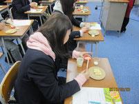 女子生徒のバター作り。