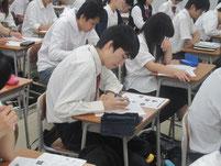 生徒がワークシートを記入。