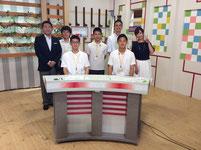 藤井利彦キャスター(左端)と市野瀬瞳キャスター(右端)をまじえて記念写真。