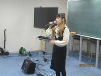 畑田さんが歌を披露。