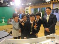 昨年にスタジオ見学に行った時のもの。左端が市野瀬瞳アナウンサー、右端が藤井利彦アナウンサー。