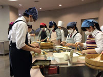 巻き寿司や稲荷寿司を作っています。