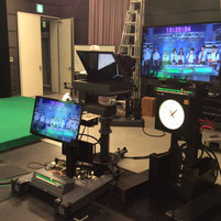 TVスタジオのカメラに映る生徒たち。