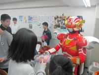 生徒に(株)スギヨのカニカマをプレゼント。