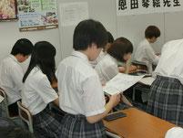 生徒がニュース原稿の朗読
