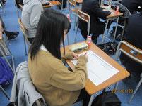ワークシートに意見や感想を書く生徒たち。