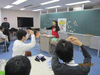 瀬口裕美香さんの食育講座でクイズ。生徒はマルかバツで答える。