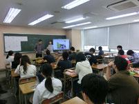 周りの生徒も熱心に聴いています。