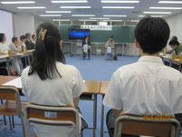 雨宮処凛さんのトークライブの話を聞く生徒たち。