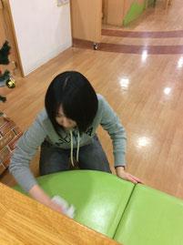 女子は拭き掃除を熱心に、丁寧に心をこめて行いました。