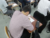 特別授業が終わると、感想や意見をワークシートに記入。