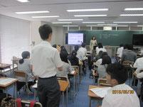 質疑応答で質問する生徒。
